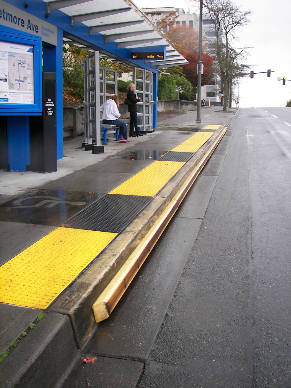 Swift BRT station with rubber curb to facilitate docking, Seattle (credit: Dongho Chang)