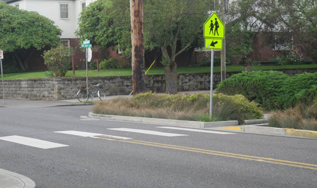 Curb Extension With Crosswalk - Portland, ORThis curb extensions assists bicyclists and pedestrians in crossing the street while filtering stormwater runoff.