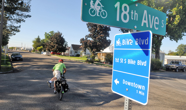 Bicycle Boulevard Street Name Sign - Nampa, IDCombined identification and wayfinding signs in Nampa assist with user decision making.