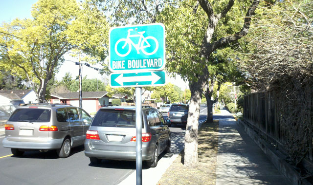 Crossing Sign - Palo Alto, CACrossing signs in advance of bicycle boulevard crossings can warn motorists of the potential for crossing bicycle traffic.