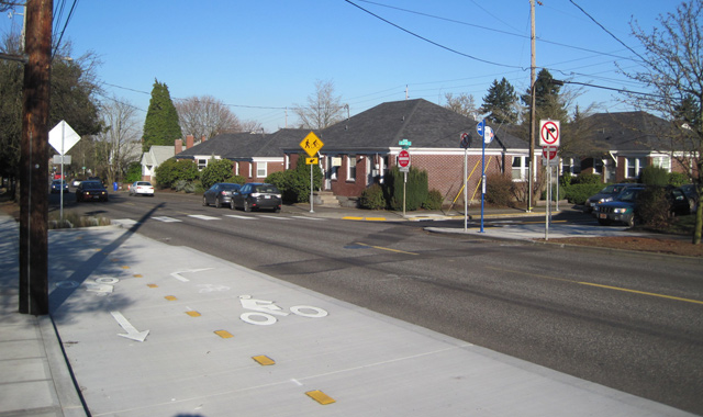 Two-Way Cycle Track Connection - Portland, ORThis short two-way cycle track on the Going Street Bicycle Boulevard connects a left-jog across a street with no bicycle facilities.