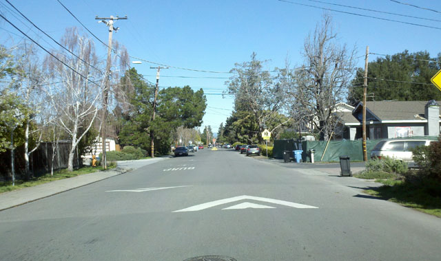 Speed Hump - Palo Alto, CASpeed humps and median islands lead to reduced vehicle speeds on this bicycle boulevard.